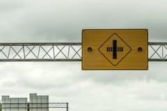Une attention d'avertissement de croisement de chemin de fer allume l'avant de signe du ciel nuageux dans le Canada photo stock