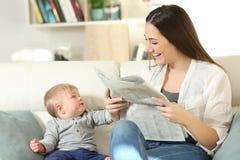 Une attention exigeante de bébé de sa mère image libre de droits