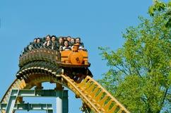 Une attraction populaire est les montagnes russes russes Images stock