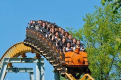Une attraction populaire est les montagnes russes russes Photos libres de droits