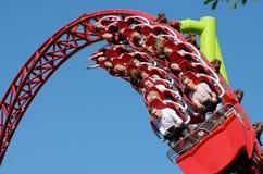 Une attraction populaire est les montagnes russes russes photo libre de droits