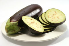 Une aubergine mûre et parts Photographie stock libre de droits