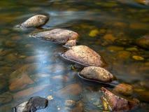 Une autre ligne des roches sur un étang photos libres de droits