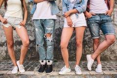 Une autre photo des jambes du ` s de personnes Ces êtres humains posent sur l'appareil-photo Les filles ont plié des jambes dans  Photographie stock