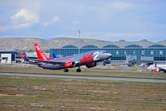 Une avion de ligne Jet2 décollant de l'aéroport d'Alicante Elche Photos libres de droits