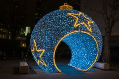 Une babiole bleue gigantesque décore Whitfield Gardens, Goodge Stree Photographie stock