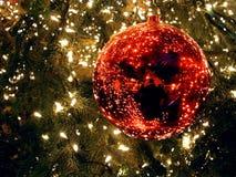 Une babiole rouge de la décoration de Noël sur le Potsdamer Platz à Berlin photographie stock