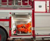 Baie d'extingisher de tuyau d'incendie sur le camion de pompiers photo stock
