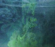 Une baisse de peinture verte se dissout dans l'eau Une photo abstraite photographie stock libre de droits