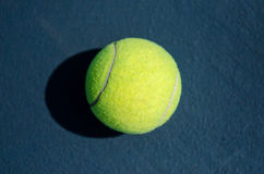 Une balle de tennis Image stock