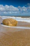 Une balle sur le foin sur la plage Image libre de droits