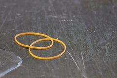 Une bande élastique deux jaune Photos libres de droits