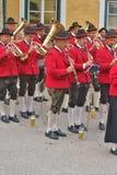 Une bande en laiton dans des costumes traditionnels exécute sur un festival de pays dans Obertrum, Autriche images libres de droits