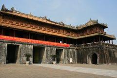 Une bannière a été accrochée sur la porte du Cité interdite de Hue (Vietnam) Photos stock