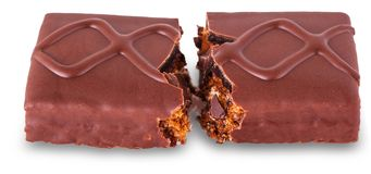 Une barre de chocolat avec le biscuit et le caramel cassés dans la moitié Images libres de droits