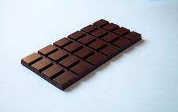 Une barre de chocolat sur le fond blanc de la vue de côté image libre de droits