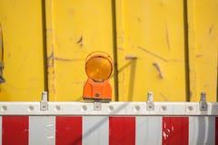 Une barrière avec le réflecteur à un chantier de construction image stock