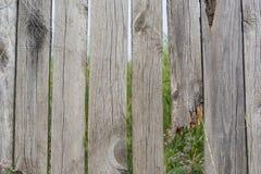 Une barrière avec les lacunes et le conseil cassé photographie stock libre de droits