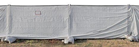 Une barrière de site de constrution faite de la maille en métal et d'un synt blanc Photographie stock libre de droits