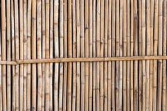 Une barrière en bambou dans le jardin pour le fond Images libres de droits