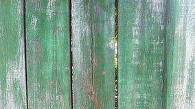 Une barrière en bois de vieux cru peinte avec la peinture verte et blanche, qui s'était déjà fanée clips vidéos
