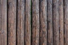 Une barrière faite de rondins debout droits de pin Images stock