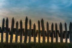 Une barrière faite en crête en bois au coucher du soleil images libres de droits