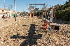 Une bascule et d'autres oscillations en parc vide dans une région périphérique de Caceres, Estrémadure, Espagne photos stock
