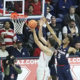 Une bataille dessous comme centre Dusan Ristic Attempts de l'Arizona un Layup Photos stock