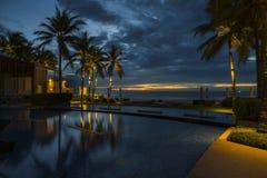 Une belle aube dans une station de vacances tropicale photos stock