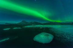 Une belle aurore verte et rouge au-dessus de la lagune de Jokulsarlon, Islande Photographie stock