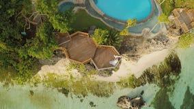 Une belle côte vert clair avec des récifs et un couple affectueux sur le balcon au-dessus de la plage La belle nature du banque de vidéos