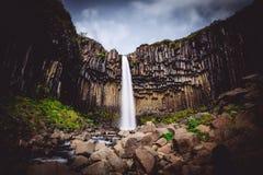 Une belle cascade en Svartifoss et montagnes image stock