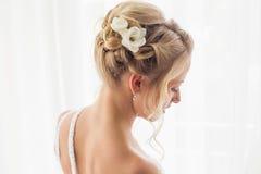 Une belle coiffure de jeunes mariées pour épouser photographie stock