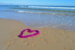 Une belle décoration en forme de coeur de Noël sur la plage Photos stock