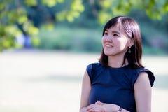 Une belle dame japonaise en parc photos stock