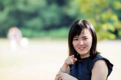 Une belle dame japonaise en parc photographie stock