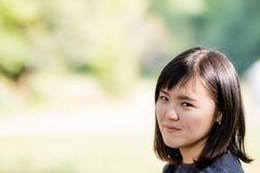 Une belle dame japonaise en parc image stock