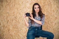 Une belle, douce jeune femme européenne avec les yeux vert gris et des cheveux foncés ont porté les vêtements élégants quotidiens Photographie stock libre de droits