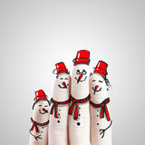Une belle famille tirée par la main et doigt des bonhommes de neige Photos libres de droits