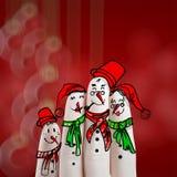 Une belle famille tirée par la main et doigt des bonhommes de neige Photographie stock libre de droits