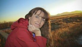 Une belle femme à une balustrade en bois Photographie stock libre de droits