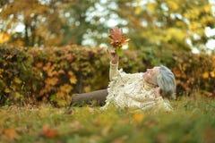 Une belle femme d'une cinquantaine d'années Photographie stock libre de droits