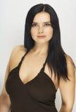 Une belle femme dans la robe ouverte Image stock