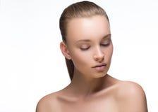 Une belle femme de portrait luxueux de studio regardent vers le bas Cheveux de maquillage et peau parfaite, beauté et mode, stati Images libres de droits