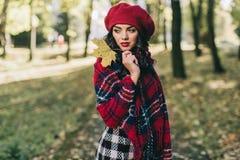 Une belle femme en automne image stock