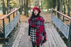 Une belle femme en automne photographie stock