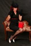 Une belle femme entre deux âges avec un cadeau rouge Photo stock
