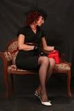 Une belle femme entre deux âges avec un cadeau rouge Photo libre de droits