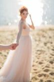 Une belle femme, prises la main de l'homme en plein air Suivez-moi L'effet de tache floue est créé des cadres romantiques Photo libre de droits